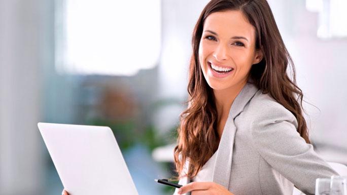 BUENA-ACTITUD-positiva-en-el-trabajo-MUJER-feliz