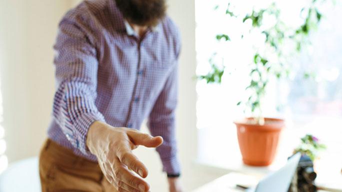 Bienvenida-a-la-empresa-saludo-trato-manos-saludar