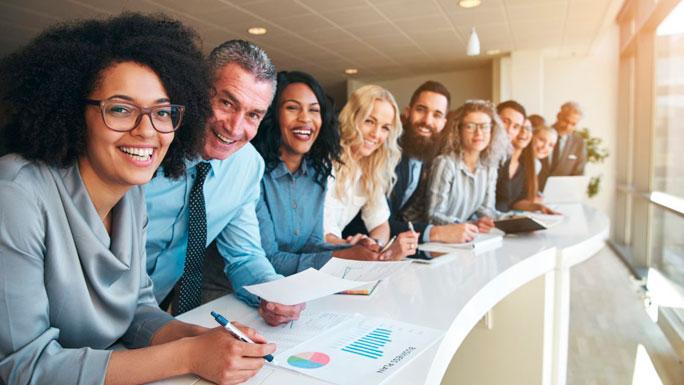 Compromiso-empleados-trabajo-feliz-compañeros-equipo1