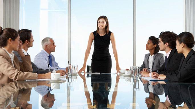 MUJERES-DIRECTIVAS-trabajo-mujer-reunion-equipo