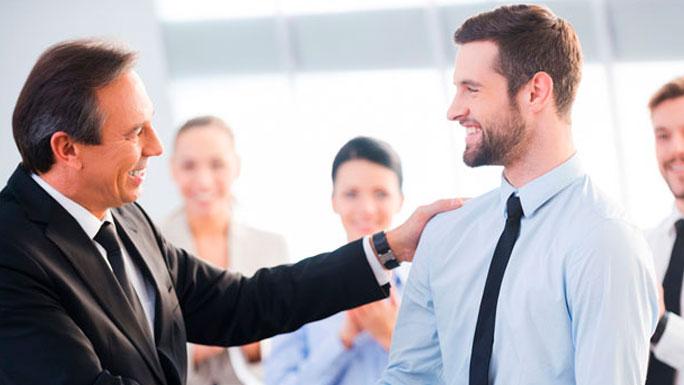 buen-jefe-entrevista-bienvenida-apoyo-agradecimiento-buen-trabajo-felicitar-palma-palmada