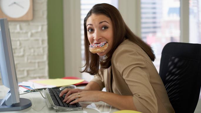 comer-frente-a-la-computadora-trabajo