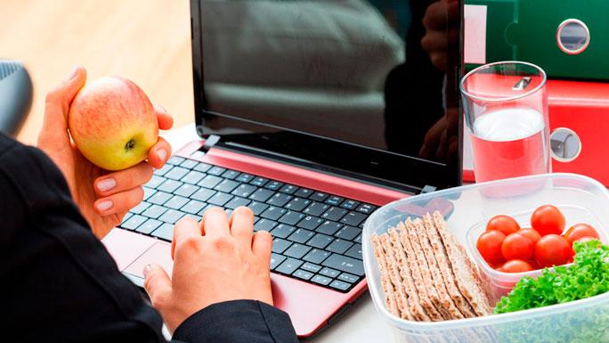 comida-en-el-trabajo-lonchera-compañeros-comer-2