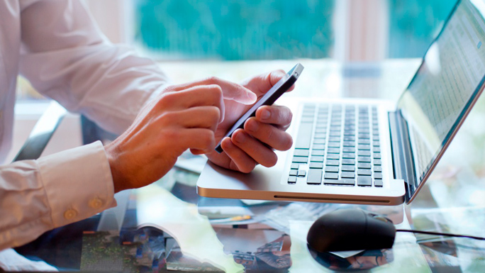 computadora-trabajo-celular-equipos-gadgets.jpg