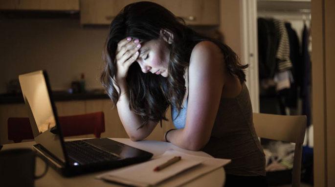 crisis-estres-noche-trabajo-en-casa-freelancecrisis-estres-noche-trabajo-en-casa-freelance