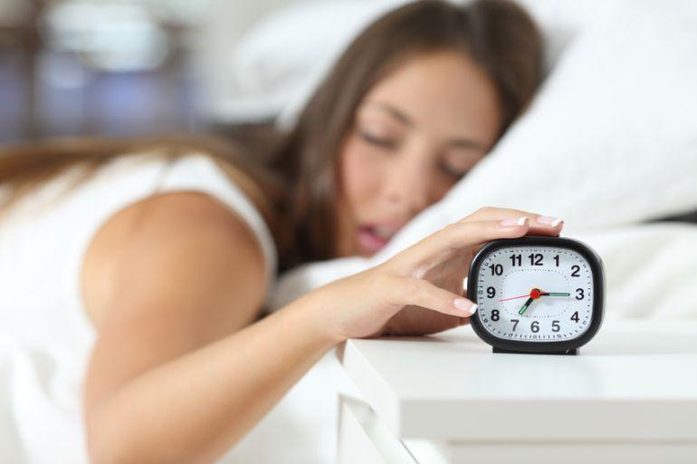 dormir sueño reloj alarma