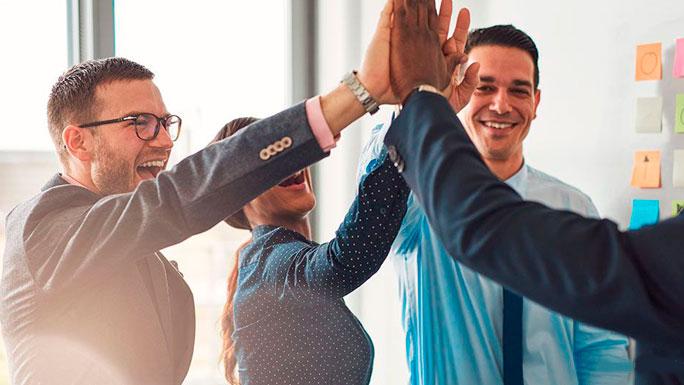 equipo-feliz-reunion-trabajo-buena-actitud
