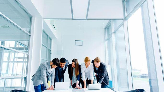estrategias-marca-clientes-trabajo-equipo-reunion