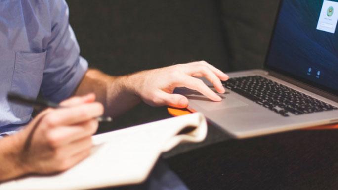 estudiar-leer-trabajo-computadora-freelance