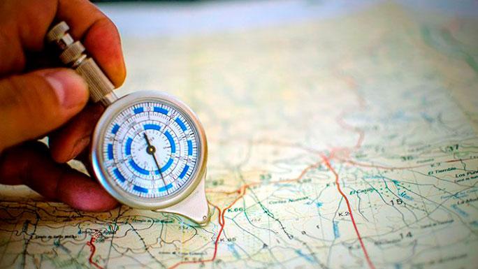 geografo-trabajo-mapa