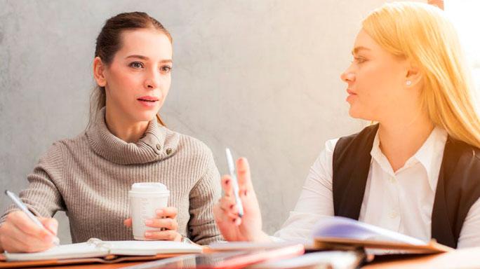 hablar-pedir-disculpas-trabajo-equipo-reunion-personas