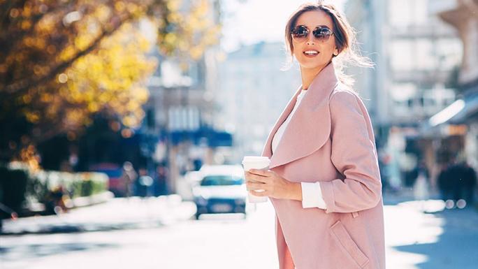hacer-mejor1 mujer tomar cafe caminar trabajo