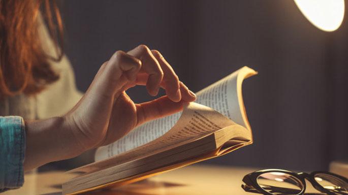 leer-libro-noche-estudiar-tamaño-correcto