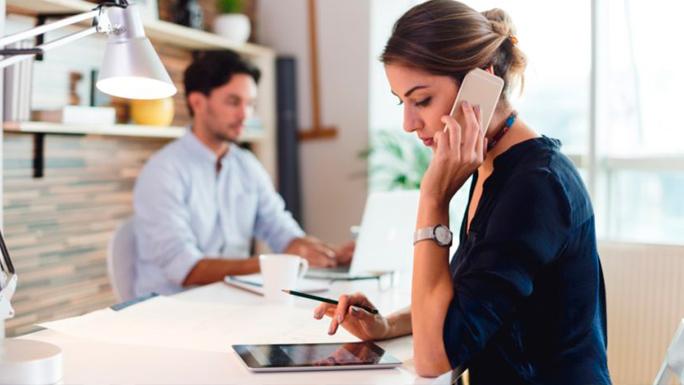 llamar-por-telefono-oficina-trabajo