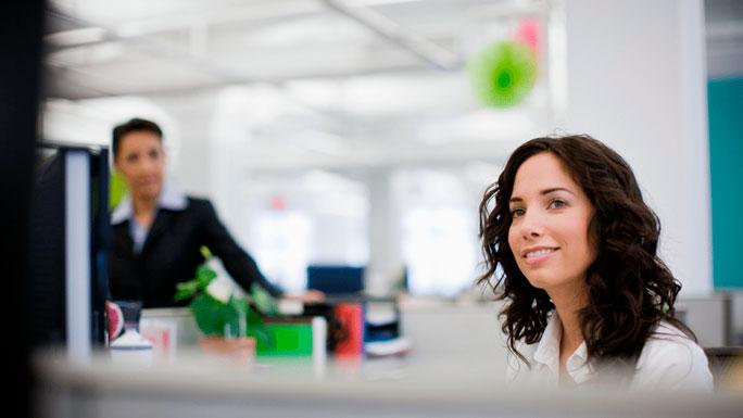 mujer-feliz-trabajo-oficina-empezar-el-dia-regresar-de-vacaciones