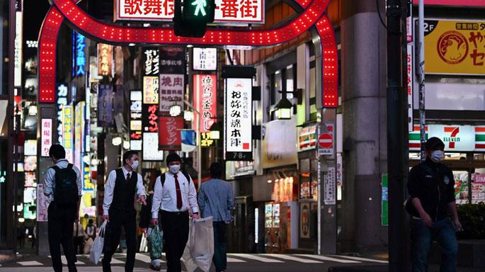 noche-personas-gente-calles-tiendas-comercios-tokio-japon