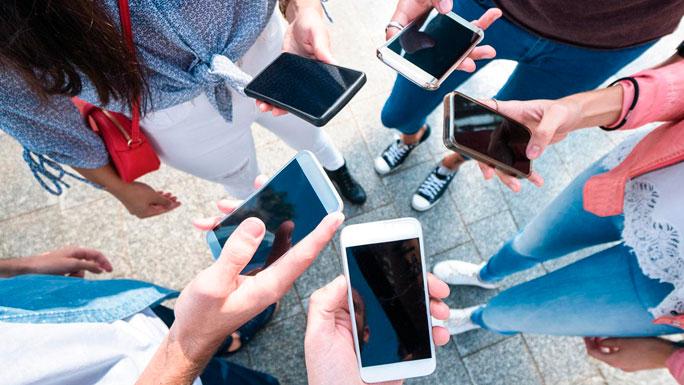 personas-con-celulares-redes-viral-masivo