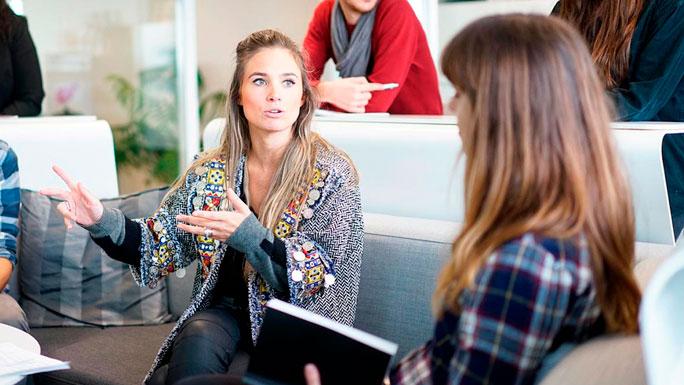 reunion-de-trabajo-cliente-mujeres-equipo-hablar-2
