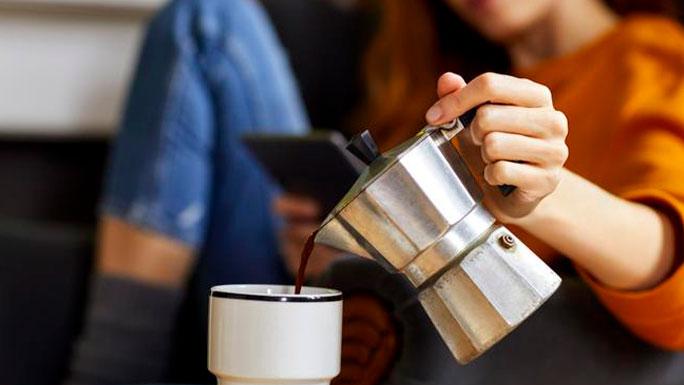 tomar-cafe-servir-cafetera-rutina-mañana-habitos-vacaciones