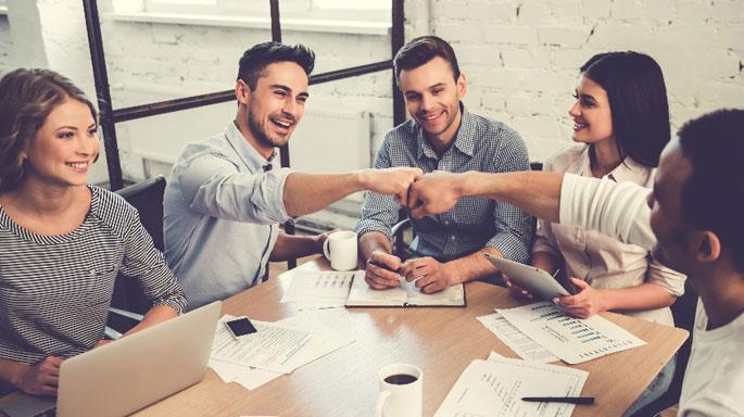 trabajo-compañeros-equipo-reunion-amigos-en-la-oficina