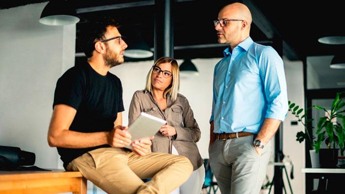 trabajo-compañeros-reunion-equipo-hablar