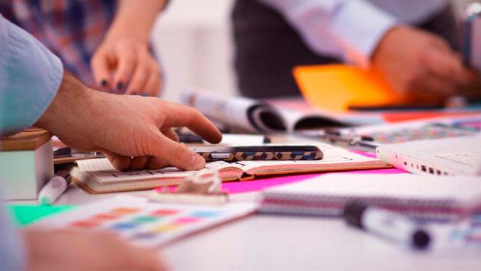 trabajo-oficina-organizar-papeles-mesa-de-trabajo
