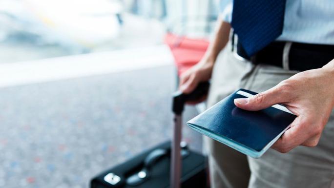 viaje-de-negocios-viajar-pasaporte-maleta