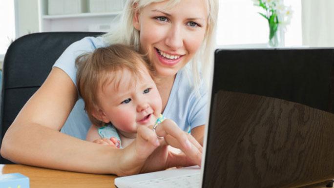 videoconferencia-teletrabajo-mama-computadora